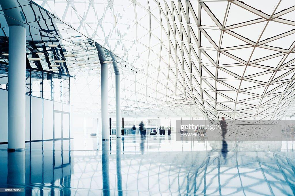 Verschwommene Leute, die moderne Architektur : Stock-Foto