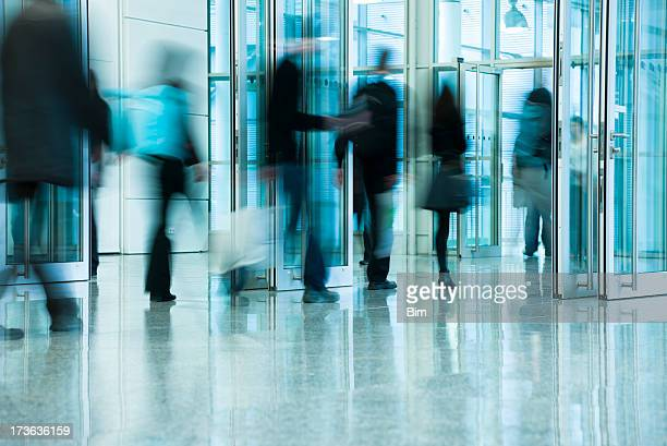 Verschwommene Leute im Korridor