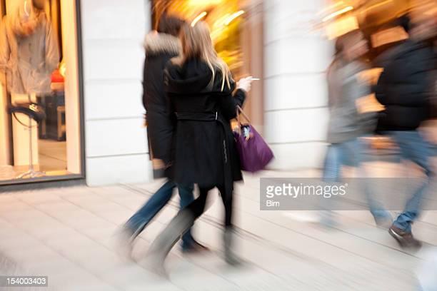 Verschwommene Leute Gehen Sie Shopping Street