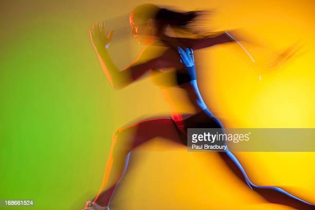 verschwommene blick auf den athleten running - start stock-fotos und bilder