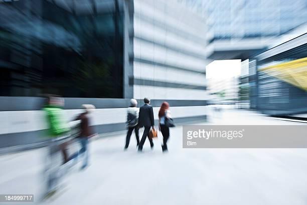 Verschwommene Blick auf Business-Menschen gehen schnell im Finanzviertel