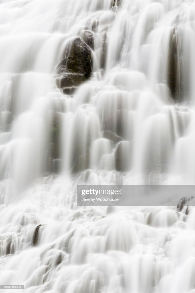 Blurred view of waterfall cascading over rock formations : Foto stock