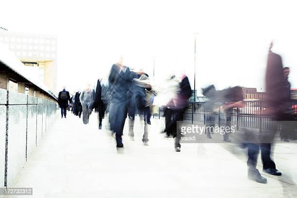 Foto di movimento offuscata business persone Camminare sulla strada.