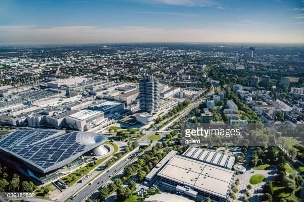 bmw-turm im münchner stadtbild - industriegebiet stock-fotos und bilder