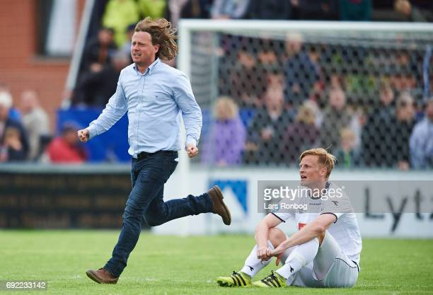 Bo Henriksen head coach of AC Horsens celebrate and Thomas Dalgaard of Vendsyssel FF looks dejected after the Danish Alka Superliga Playoff match...
