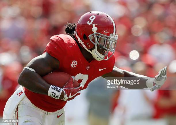Bo Scarbrough of the Alabama Crimson Tide rushes against the Fresno State Bulldogs at Bryant-Denny Stadium on September 9, 2017 in Tuscaloosa,...