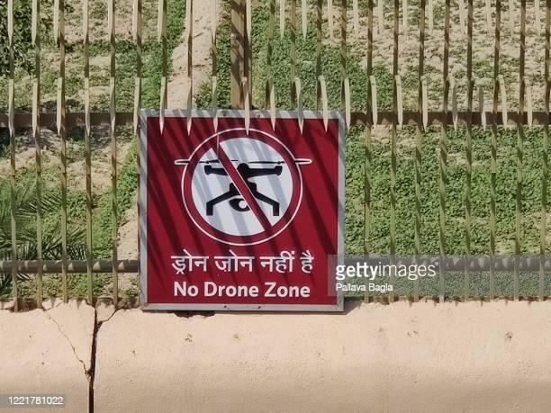 a board notifying no drone zone - zone d'exclusion aérienne photos et images de collection