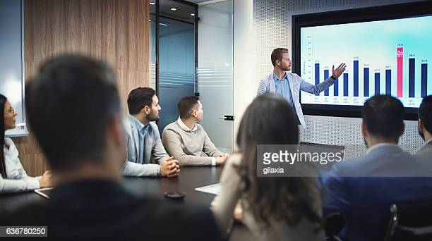 board room meeting. - tonen stockfoto's en -beelden