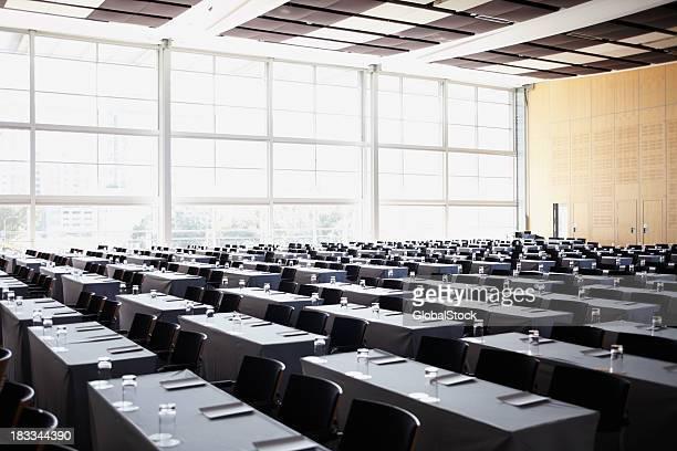 sala de juntas preparada para reuniones de negocios - edificio de eventos fotografías e imágenes de stock