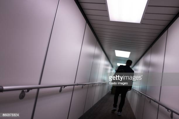 boarding airplane - passenger boarding bridge stock pictures, royalty-free photos & images