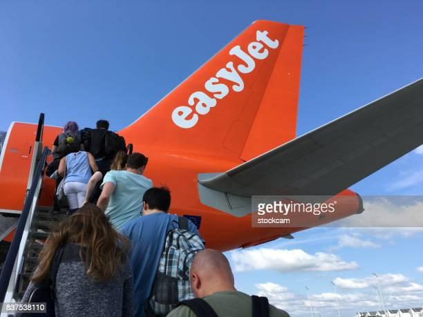 搭乗のイージー ジェット飛行機 - ガトウィック空港 ストックフォトと画像