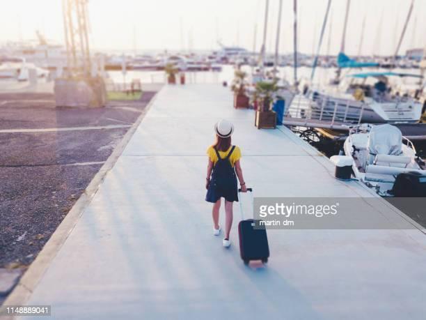 boarding auf kreuzfahrt - passagier wasserfahrzeug stock-fotos und bilder