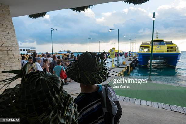 boarding the ferry in isla mujeres - mujeres fotos stockfoto's en -beelden