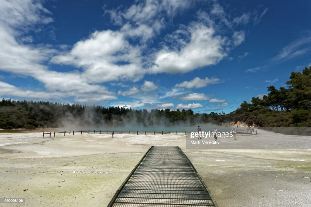 Boardwalk at Champagne Pool in Wai-O-Tapu Thermal Wonderland : Stock-Foto
