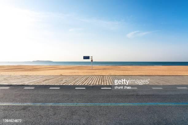 boardwalk by the sea at sunrise - littoral photos et images de collection