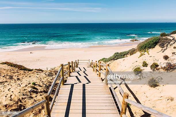 boardwalk to malhao beach, vila nova de milfontes, alentejo, portugal - portugal stock-fotos und bilder