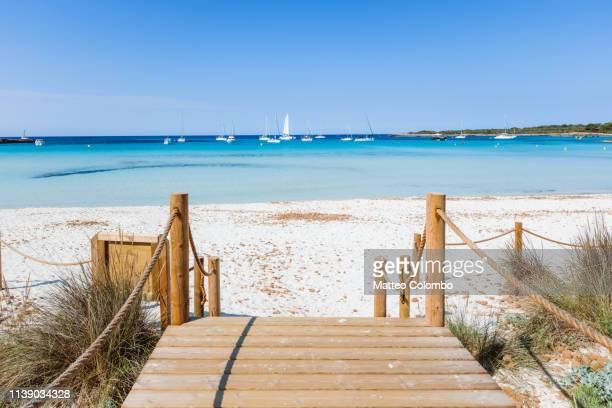 boardwalk to the beach, menorca, spain - embarcadero fotografías e imágenes de stock