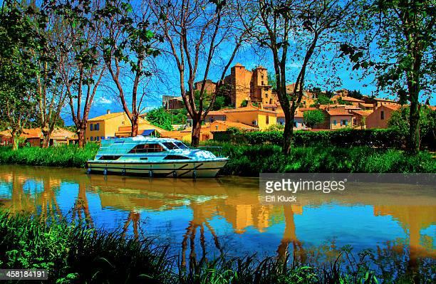 boat anchored at the canal du midi - canal du midi photos et images de collection