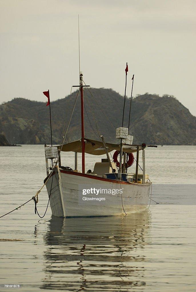 Boat anchored at the port, Taganga Port, Taganga Bay, Magdalena, Colombia : Foto de stock