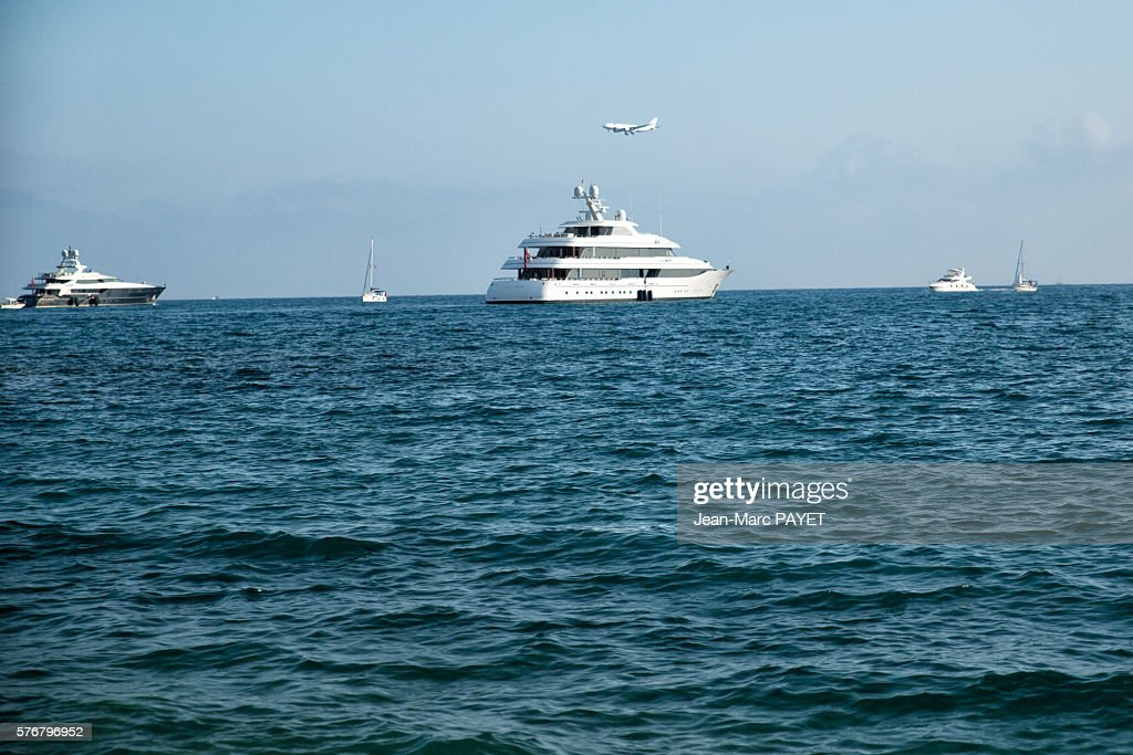 Boat and air plain on the sea : Photo