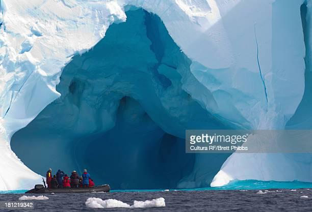 boat and iceberg, ice floe in the southern ocean, 180 miles north of east antarctica, antarctica - 南極大陸探検 ストックフォトと画像
