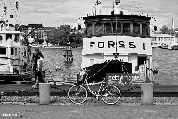boat at skeppsholmen dock - merten snijders photos et images de collection