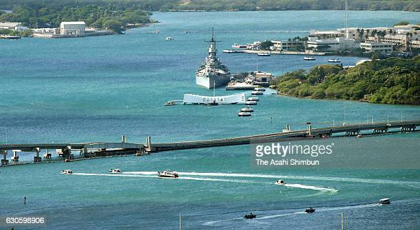 A boat carrying Japanese Prime Minister Shinzo Abe and US President Barack Obama approaches to the USS Arizona Memorial on December 27 2016 in...