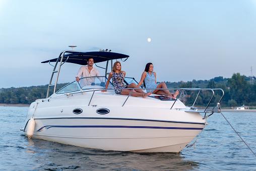 Boat cruise 1147963592