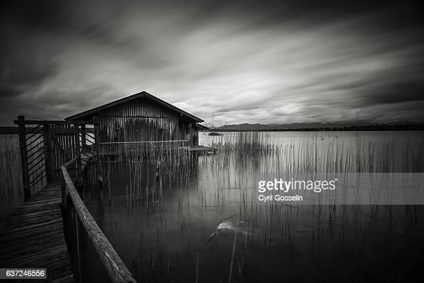 boat house at starnberg lake - starnberg photos et images de collection