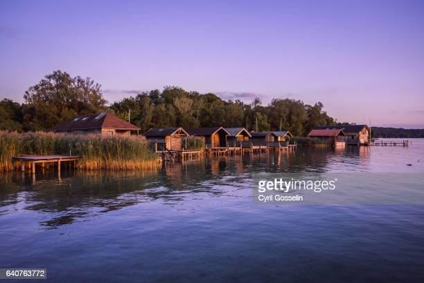 boat houses at starnberg lake - starnberg photos et images de collection