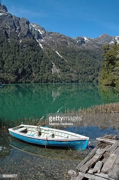 boat in green waters - radicella imagens e fotografias de stock