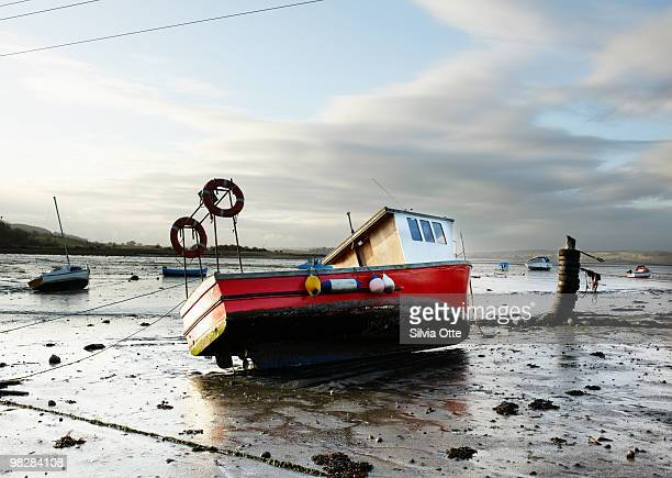 boat in montrose basin at low tide - low tide stock pictures, royalty-free photos & images