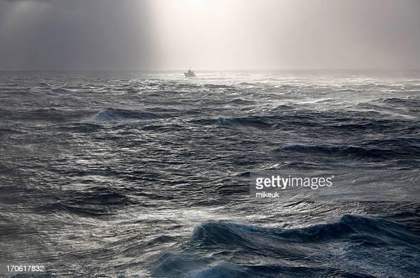Bateau dans la tempête en mer