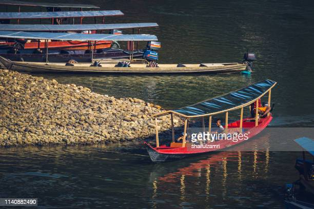 boat is a main transportation in tropical rain forest landscape at taman negara, pahang, malaysia. - shaifulzamri photos et images de collection