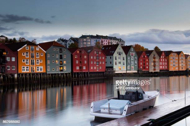 TOPSHOT A boat is moored in the city centre of Trondheim on October 16 2017 / AFP PHOTO / Martin BUREAU