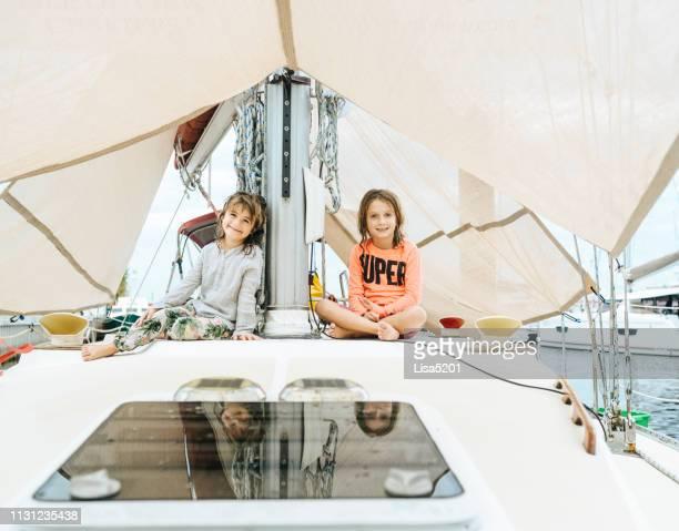 gosses de vie de bateau sur un voilier - bateau de plaisance photos et images de collection
