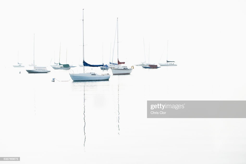 Boat masts reflecting in water : Foto stock