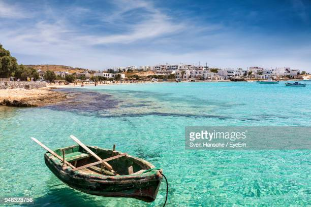 boat moored in sea against sky - naxos stockfoto's en -beelden