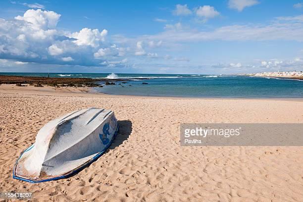 Bateau sur le sable doré de la plage au Maroc et en Afrique