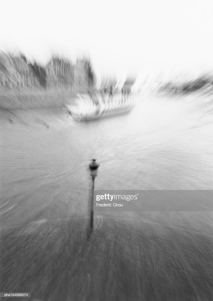 Boat on river, high angle view, blurred, b&w : Stockfoto