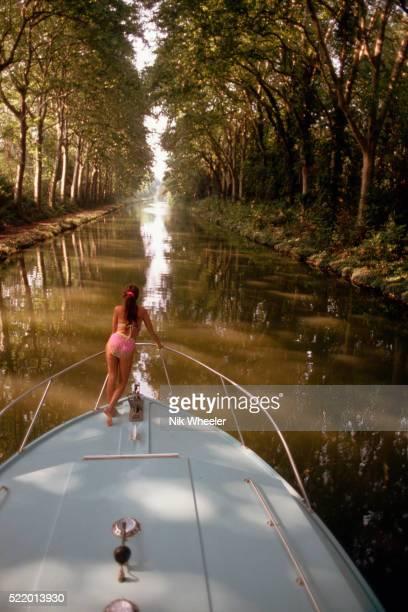 boat on tree lined canal du midi - canal du midi photos et images de collection
