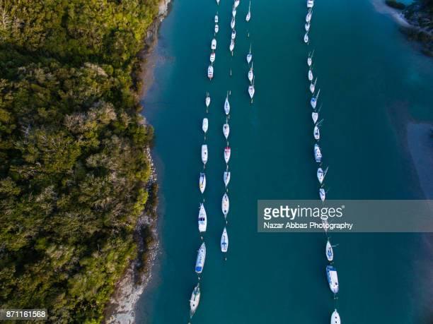 boat parking overhead view. - ファンガパラオア半島 ストックフォトと画像