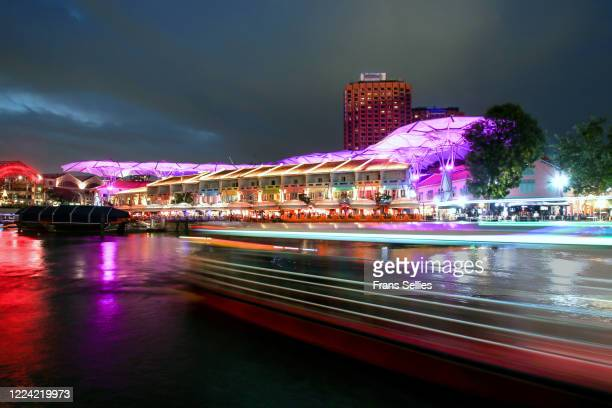 boat passing by on singapore river at clarke quay, singapore - frans sellies stockfoto's en -beelden