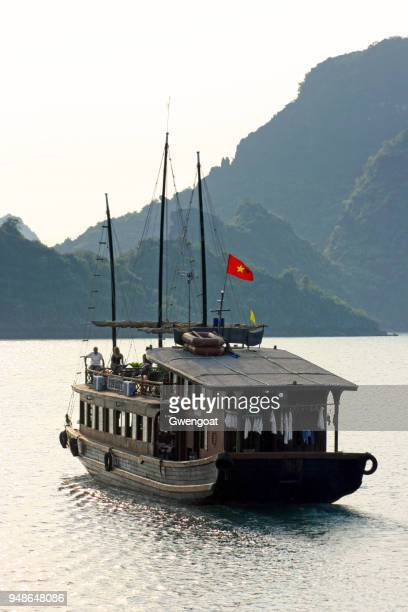 boat sailing in halong bay - gwengoat stock pictures, royalty-free photos & images
