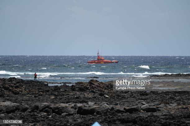 Boat scans the area where the fourth body has been located, from an inflatable boat that sank last night, in the port of Orzola, in the north of...