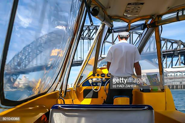 boat to the harbour bridge | sydney - schiffstaxi stock-fotos und bilder