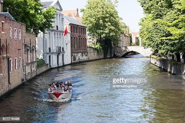 ブルージュのボートツアー、ベルギー - ベルフォール ストックフォトと画像