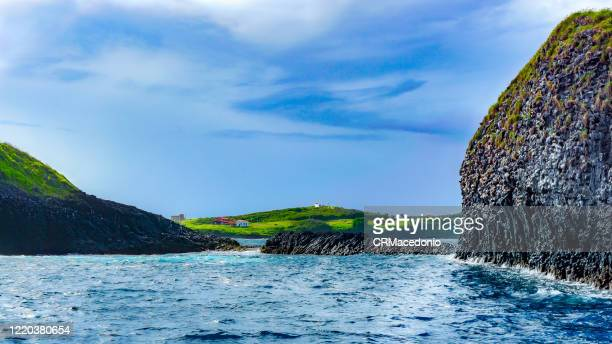 boat trip through the bay of santo antonio. in front of são josé island and in the background ruins and buildings, including the chapel of são pedro dos pescadores. - crmacedonio stockfoto's en -beelden