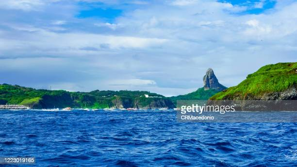 boat trip through the bay of santo antonio. in front of são josé island and in the background boats, fort nossa senhora dos remédios and morro do pico. - crmacedonio stock pictures, royalty-free photos & images