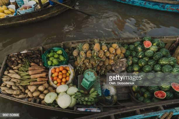 barca con frutti sul delta del mekong - cultura vietnamita foto e immagini stock